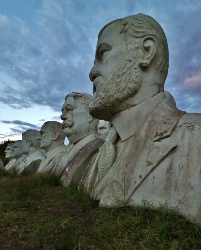 A row of president heads in Williamsburg, VA