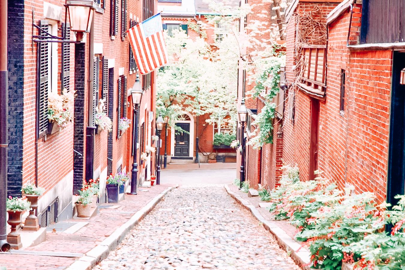 Instagrammable view of Acorn Street in Boston