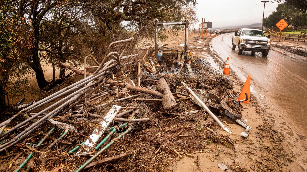 Thousands evacuate as torrential rain triggers California mudslide 1/28/21