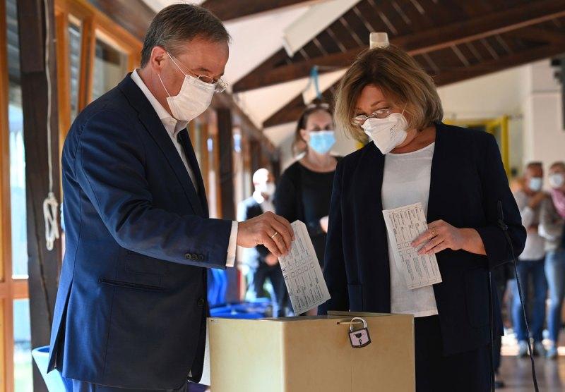 Armin Laschet, a sinistra, è andato a votare con sua moglie Susanne in un seggio elettorale ad Aquisgrana, in Germania.