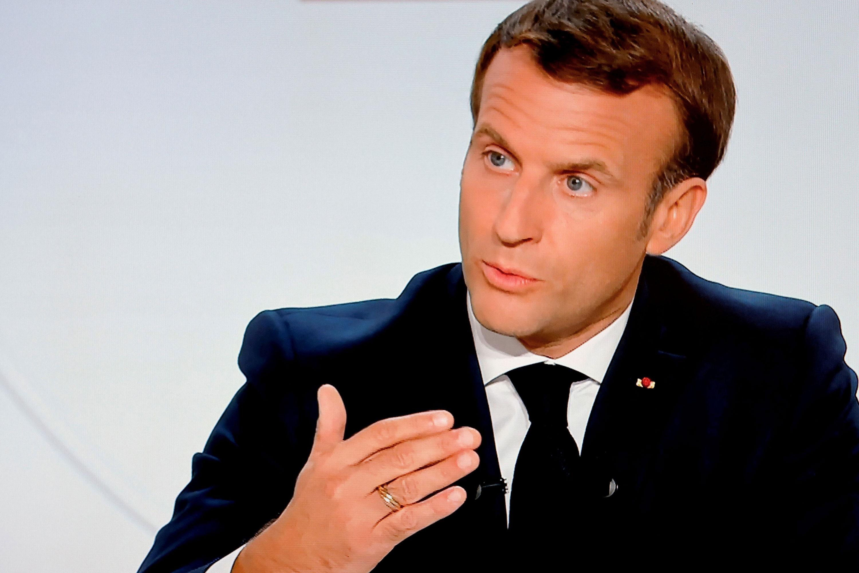 ประธานาธิบดีเอ็มมานูเอลมาครงของฝรั่งเศสกล่าวกับประเทศในระหว่างการสัมภาษณ์ทางโทรทัศน์จากพระราชวังเอลิเซเมื่อวันที่ 14 ตุลาคมในปารีส