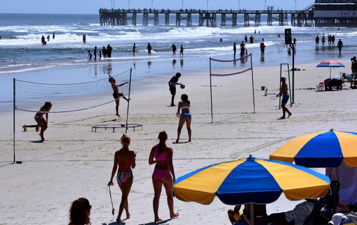 Deutsche Kinderarmut  Armut in Deutschland  bedingungsloses grundeinkommen  BGE People play volleyball in Daytona Beach, on March 24, as college students arrive in Florida for spring break.