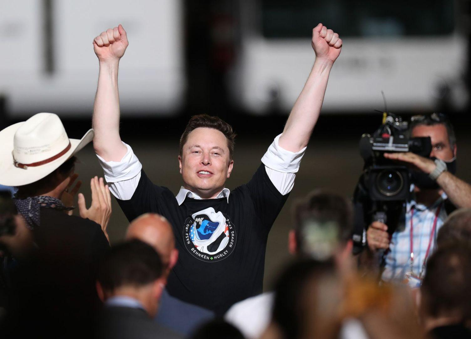 Il fondatore di SpaceX Elon Musk celebra dopo il successo del lancio.