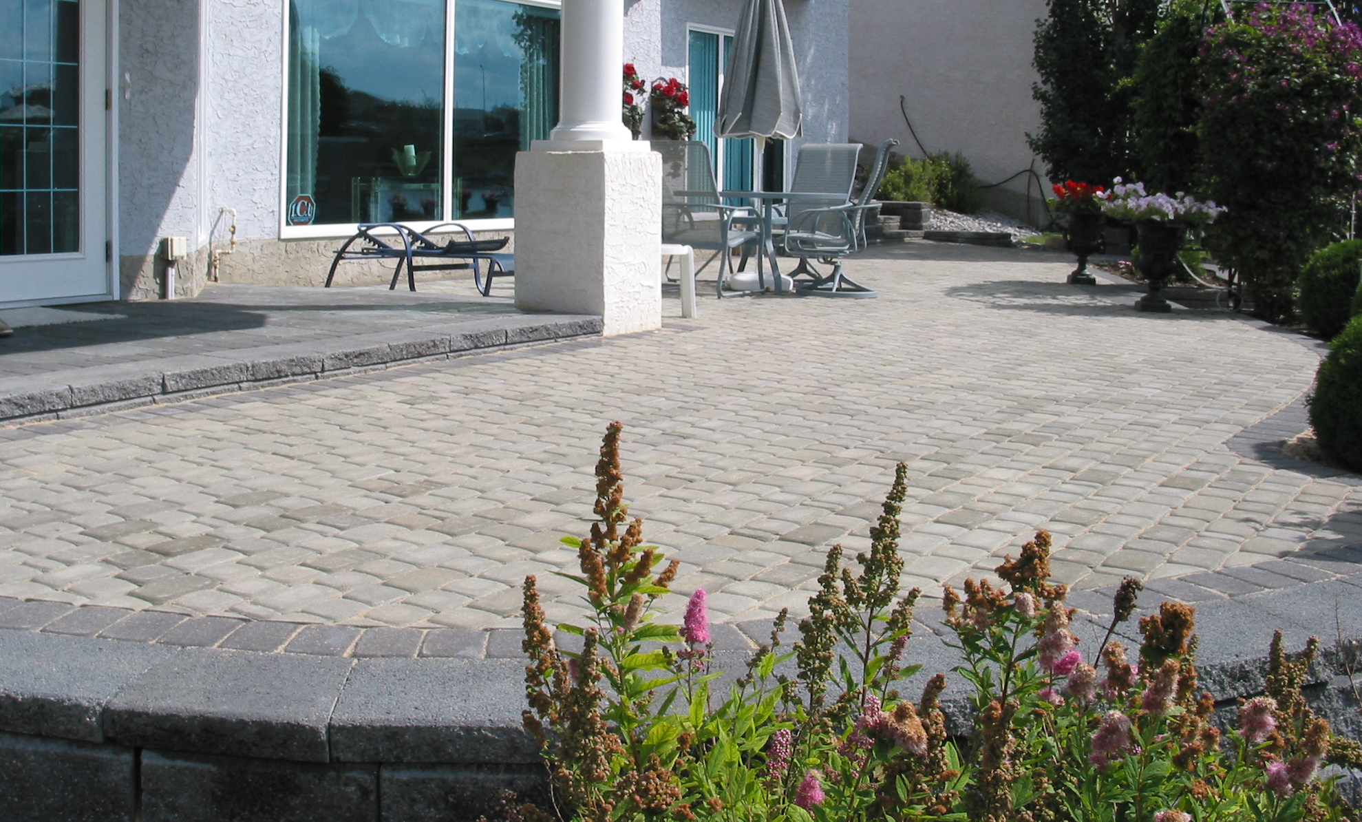 Grey Cobble paving stone patio with charcoal border