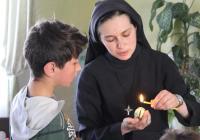 Як монахині у Ніжині з дітьми писанки робили