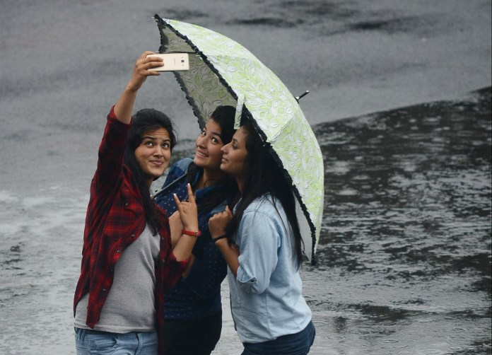 Selfie-related Deaths And The Danger Of Taking Selfies In Risky Places |  Youth Ki Awaaz