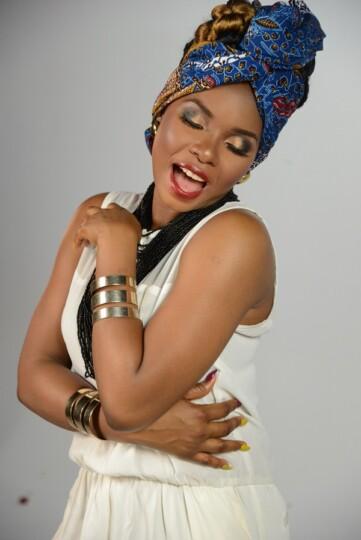 Yemi Alade (Chanteuse, Nigeria) en foulard