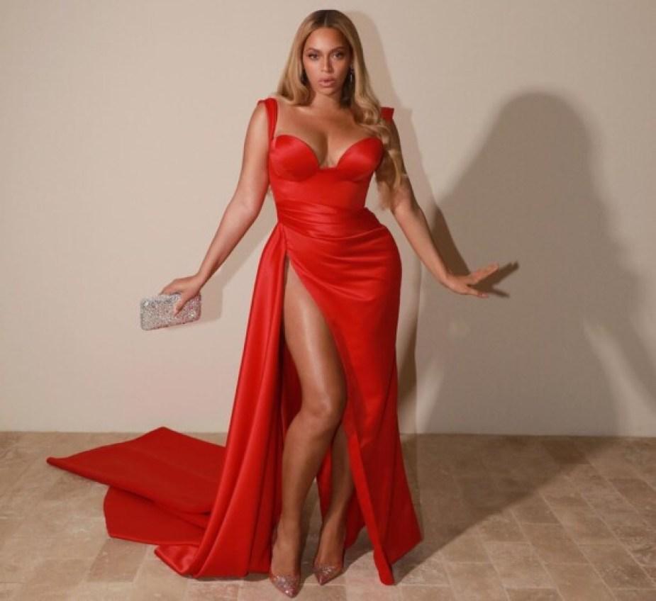 Beyoncé en robe rouge glam