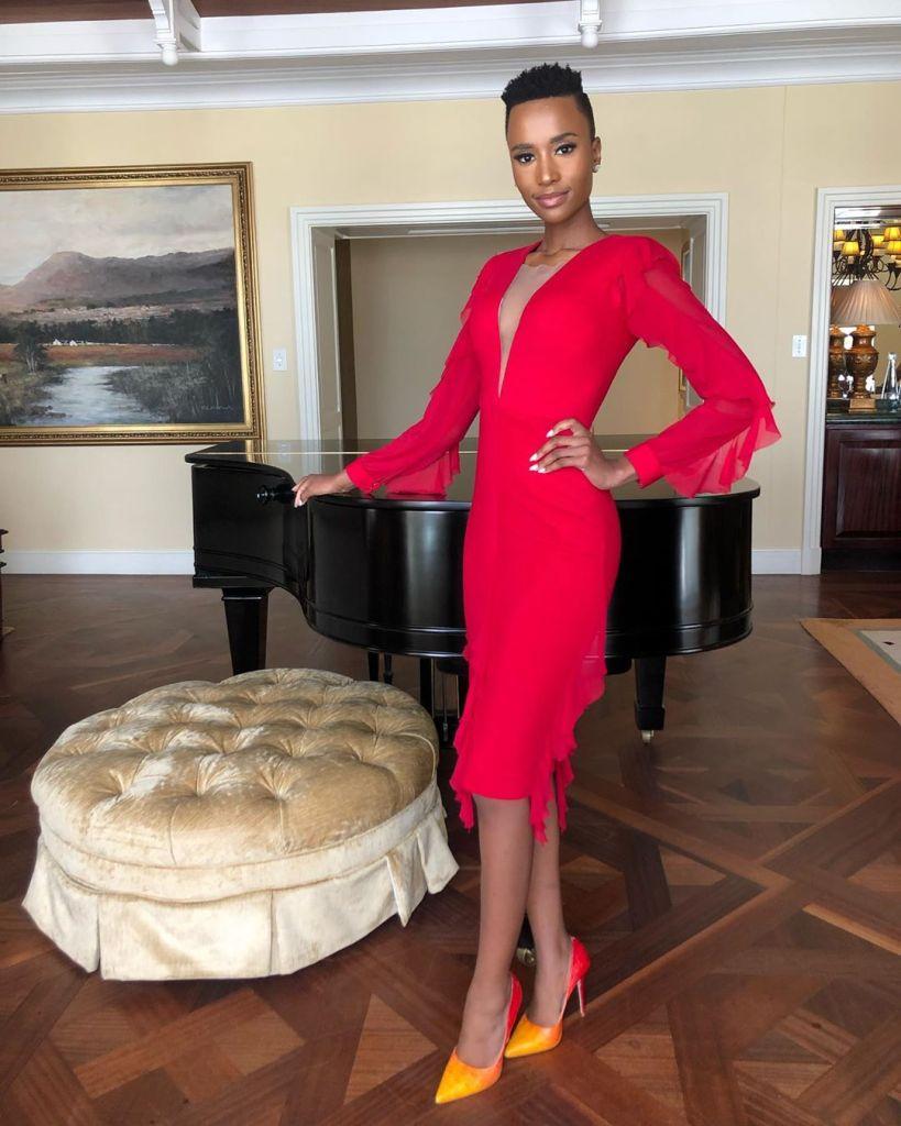 Zozibini Tunzi, Miss Univers 2019 en mode robe rouge