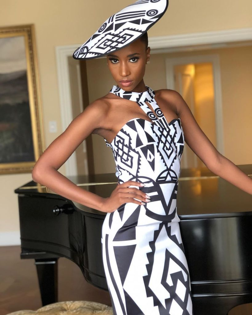 Zozibini Tunzi, Miss Univers 2019 en mode bicolorte