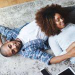 Dzaleu Love & Relations : Jeune couple africain devant pc