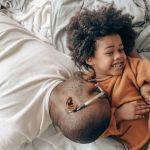 pere africain et fils dans un lit