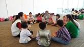 同学们与小朋友分组交流