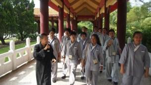 知蓮法師為同學導覽本山境界