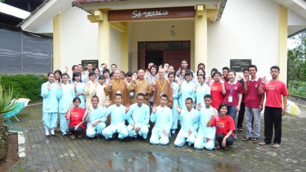 與學知法師及印尼同學合影