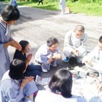 同學們與青年進行遊戲