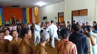 於Kemiri佛教村,同學與信眾載歌載舞,歡笑聲響徹雲霄。