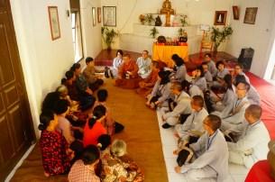 於Sembong佛教村,如音老師帶領東禪佛教學院同學與當地佛教徒唱印尼文『佛祖保佑您』。