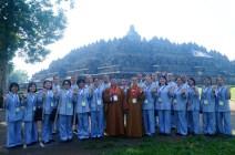 東禪佛教學院全體師生於婆羅浮屠佛塔前合影。