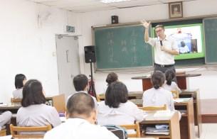 青松會長告訴同學們附佛外道的外貌很像佛教,但不是真正的佛教。