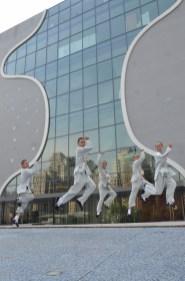 同學們于惠中寺美術館前興奮合影