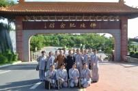 參訪佛陀紀念館后,妙豪法師與同學們于佛陀紀念館前合影。