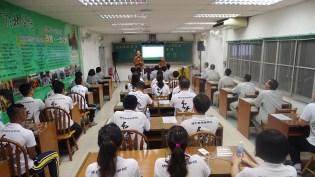 教務處妙豪法師與學務處如音法師為介紹課程及生活說明。