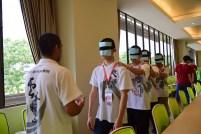 隊輔培訓中,同學們練習盲人越野遊戲