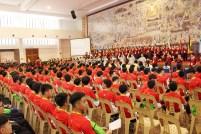 開營典禮尾聲,佛光青年與佛學院生為大家獻唱《信仰》的歌聲以示祝福。