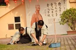 同學們為打造祥和環境于宗史館前拔草