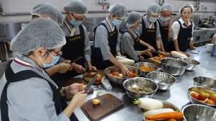李玉娟師姐教授同學們菜包制作。