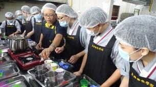 洪佩麗師姐教授燕菜果凍制作法。