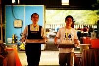 佛學院學生與義工往返各義賣檔口輸送食物