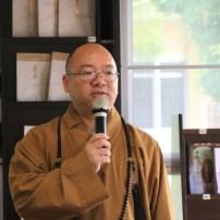 佛光山寺住持心保和尚與佛學院生接心。