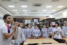 光明大學學生帶領東禪佛教學院學生認識圖書館