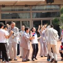 """東禪佛學院與光明大學學生在進行當地的著名遊戲""""瑪利亞去巴剎""""。在光明大學學生的活力帶動下,瞬间拉近了彼此之间的了解与距离。"""