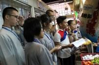 東禪佛學院學生在光明大學學生的帶領下,到菜市場採購食材練習菲律宾语與攤主溝通。