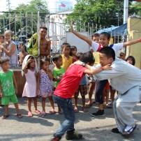 """東禪佛教學院學生與貧民窟孩子們挑戰""""額頭運水"""" 遊戲。"""