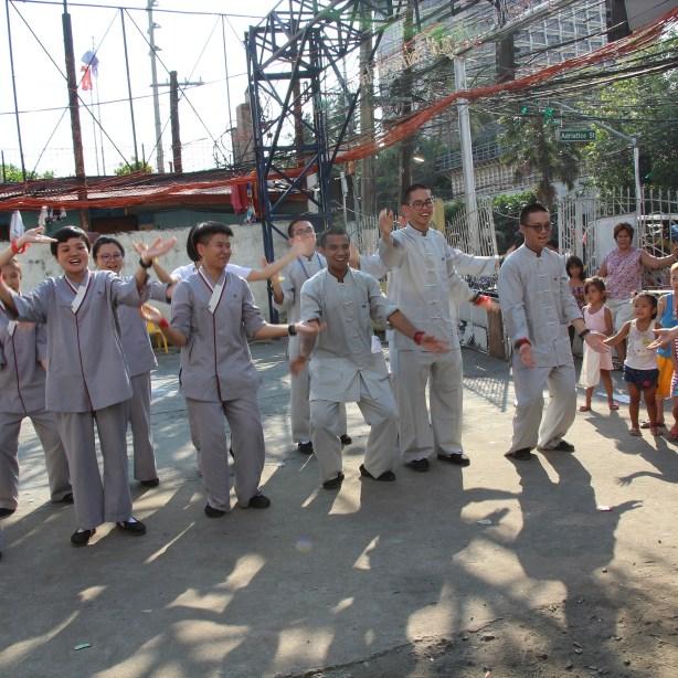 東禪佛教學院學生現習現用,呈现兩首菲律賓民謠給貧民窟孩子們。