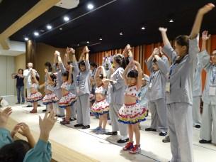 同學們與小朋友們互動,现场教导大家《香蕉舞》互相切磋彼此的才藝。