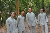 同學們笑自己唱歌走調