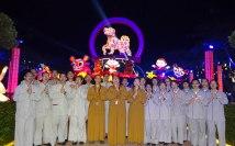 院長覺誠法師帶領同學參觀花燈展并導覽