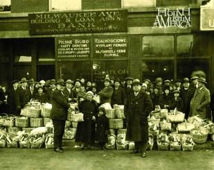 Radny Adamkiewicz rozdaje koszyki z żywnością dla potrzebujących przed budynkiem ZPRK (dziś również siedzibą Muzeum), 1927 r.