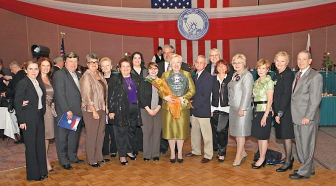 Maria Cieśla uhonorowana nagrodą wydziału stanowego Kongresu Polonii Amerykańskiej; na zdjęciu z pracownikami i członkami zarządu MPA