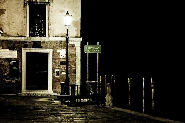 walking-in-the-venice-dark-06