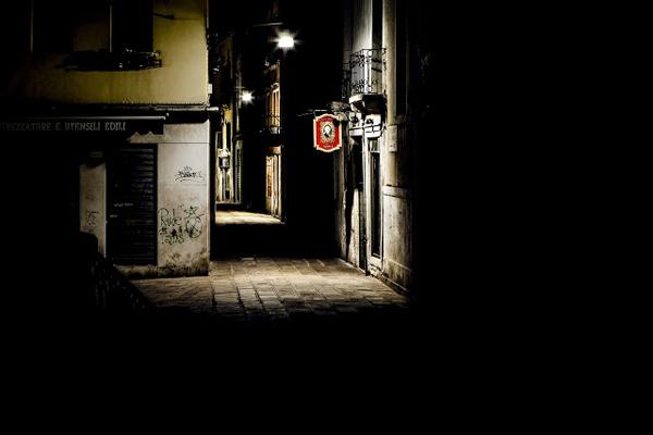 walking-in-the-venice-dark-09