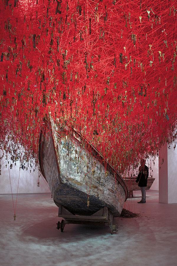 chiharu-shiota-the-key-in-the-hand-venice-art-biennale-03