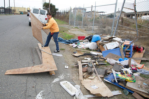 gregory-kloehn-turns-trash-into-shelters-for-the-homeless-11
