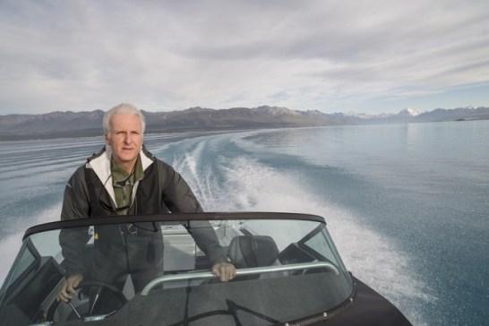 タスマン氷河から流れ込む水がきらめくプカキ湖でクルーズを楽しむジェームズ・キャメロン監督(C)Alistair Guthrie