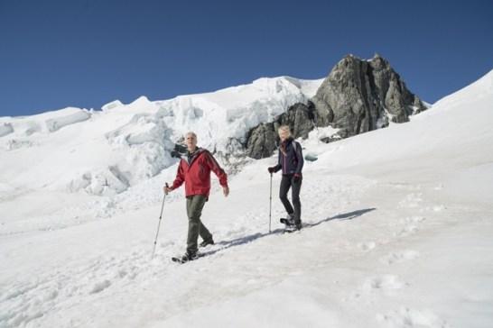 タスマン氷河に積もった雪の傾斜を歩くジェームズ・キャメロン監督とスージー・エイムズ・キャメロン(C)Alistair Guthrie